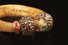 Feche acima da pulseira dourada com muitos diamantes Foto de Stock