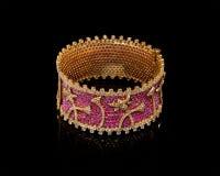 Feche acima da pulseira dourada do diamante com muitos diamantes Imagem de Stock Royalty Free
