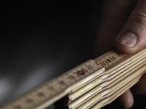 Feche acima da régua de dobradura de madeira Imagem de Stock