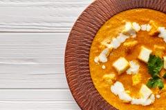 Feche acima da refeição indiana do molho do masala do vegetariano do paneer de Shahi com vegetais e molho branco foto de stock royalty free