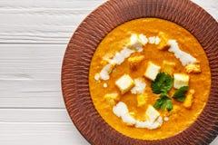 Feche acima da refeição indiana do molho do masala do vegetariano da textura do paneer de Shahi com vegetais e molho branco imagens de stock royalty free