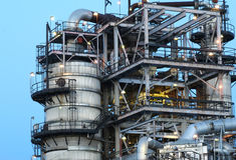 Feche acima da refinaria de petróleo Foto de Stock Royalty Free