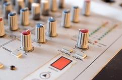 Feche acima da retaguarda do amplificador da música, controle da mistura Fotografia de Stock Royalty Free