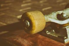 Feche acima da roda do skate dispositivos extremos profissionais do esporte e elementos skateboarding da demonstração Chassi, pin Imagens de Stock