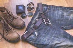 Feche acima da roupa do vintage com calças de brim e botas Imagem de Stock Royalty Free