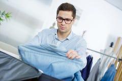 Feche acima da roupa da embalagem do homem de negócios no saco do curso imagens de stock royalty free