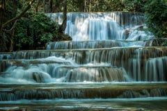 Feche acima da série 1 Dong Wan ou Herb Jungle da cachoeira de Huay Maekamin em Kanchanaburi, Tailândia imagem de stock