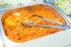 Feche acima da salada coreana picante da cenoura no recipiente Fotografia de Stock Royalty Free