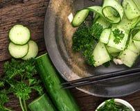 Feche acima da salada do pepino e com sementes do chia e o parsle verde Foto de Stock