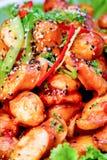 Feche acima da salsicha da galinha com molho vermelho Imagem de Stock