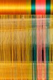 Feche acima da seda tailandesa do estilo tradicional que tece no ouro, verde, cor cor-de-rosa Foto de Stock Royalty Free