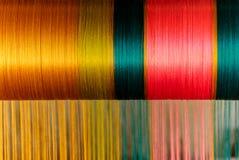 Feche acima da seda tailandesa do estilo tradicional que tece no ouro, verde, cor cor-de-rosa Imagem de Stock