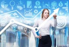 Feche acima da senhora do negócio que indica a seta crescente, que simbolizam o conceito do sucesso Foto de Stock Royalty Free