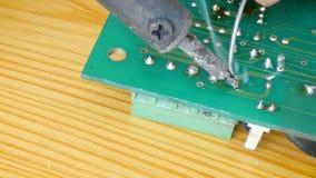 Feche acima da solda elétrica do tiro na solda na placa de circuito eletrônica da cópia com ligação quente e no fumo com som ambi video estoque