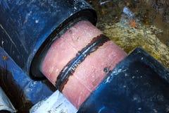 Feche acima da solda no as tubulações de aço para uma linha nova do calor (Rússia) Fotos de Stock
