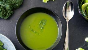 Feche acima da sopa de creme verde vegetal na bacia vídeos de arquivo