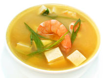Feche acima da sopa tailandesa com camarões e tofu Imagem de Stock