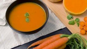 Feche acima da sopa vegetal do creme da abóbora na bacia filme