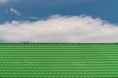 Feche acima da superfície verde-clara do telhado de telha, textura abstrata do fundo foto de stock royalty free