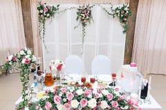 Feche acima da tabela principal para os recém-casados no salão do casamento fotografia de stock