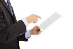 Feche acima da tabuleta de toque do homem de negócios ou do ipad à disposição foto de stock