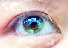 Feche acima da tecnologia no futurista, operat da exploração do olho das mulheres fotografia de stock royalty free