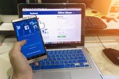 Feche acima da tela em uma mão do homem que guarda a captura de tela do colaborador do androide Fotos de Stock Royalty Free