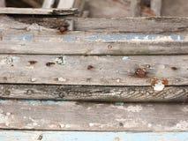 Feche acima da textura de deteriorar o barco de madeira com pregos oxidados imagem de stock