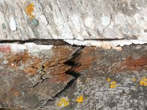 Feche acima da textura de deteriorar o barco de madeira com quebras oxidadas e foto de stock
