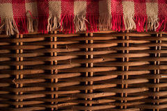 Feche acima da textura de uma cesta do piquenique Imagem de Stock