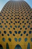Feche acima da torre Facede de Liwa, completo das janelas, um arco futurista fotografia de stock royalty free