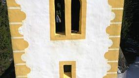 Feche acima da torre da igreja, arquitetura religiosa filme