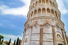 Feche acima da torre inclinada de Pisa & de x28; Toscânia, Italy& x29; no fundo do céu azul Fotos de Stock Royalty Free