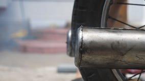 Feche acima da tubulação de exaustão velha do velomotor que libera emanações no ar Movimento lento video estoque