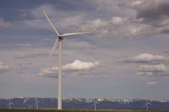 Feche acima da turbina eólica em uma exploração agrícola de vento rural Imagem de Stock