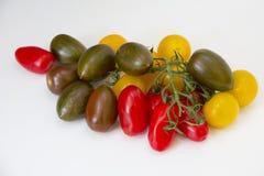 Feche acima da variedade de tomates vermelhos, amarelos e verdes Imagem de Stock
