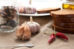 Feche acima da vida imóvel do pão, do alho e da pimenta sobre Imagem de Stock