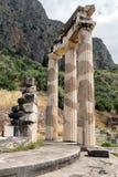 Feche acima da vista Athena Pronaia Sanctuary no local arqueológico do grego clássico de Delphi, Grécia Imagem de Stock