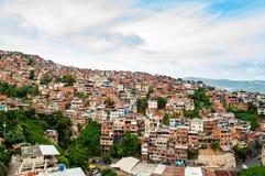 Feche acima acima da vista da cidade e dos precários de degradado com luz do dia em sul - cidade americana com povos imagens de stock