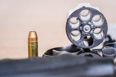 Feche acima da vista da bala e do revólver Imagem de Stock Royalty Free