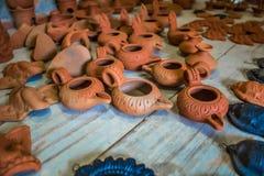 Feche acima da vista da cerâmica feito a mão tradicional indiana do deus múltiplo, fogão, lâmpada, tampa do potenciômetro, Chenna Imagem de Stock Royalty Free