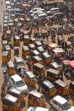 Feche acima da vista da estrada abarrotado com transporte público Imagem de Stock
