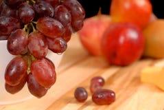 Feche acima da vista da fruta e do queijo deliciosos na placa de estaca Fotos de Stock Royalty Free
