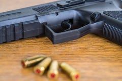 Feche acima da vista das balas e do revólver Imagem de Stock Royalty Free