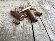 Feche acima da vista de embalagens da munição em um fundo de madeira fotos de stock