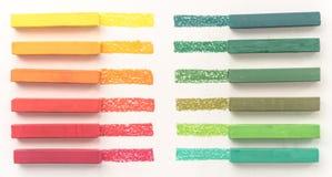 Feche acima da vista de gizes pasteis coloridos brilhantes e de seu pigmento Fotografia de Stock Royalty Free