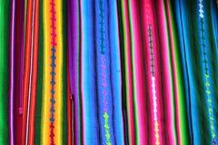 Feche acima da vista de matérias têxteis maias nativas vibrantes Imagem de Stock