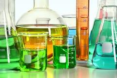 Feche acima da vista de produtos vidreiros de laboratório Foto de Stock