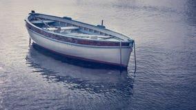 Feche acima da vista de um flutuador de madeira pequeno do barco na vista verão dentro fotos de stock royalty free