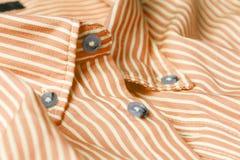 Feche acima da vista de uma camisa alaranjada genérica do negócio com uma linha teste padrão Imagens de Stock Royalty Free